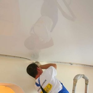 Самостоятельно ремонтируем натяжной потолок