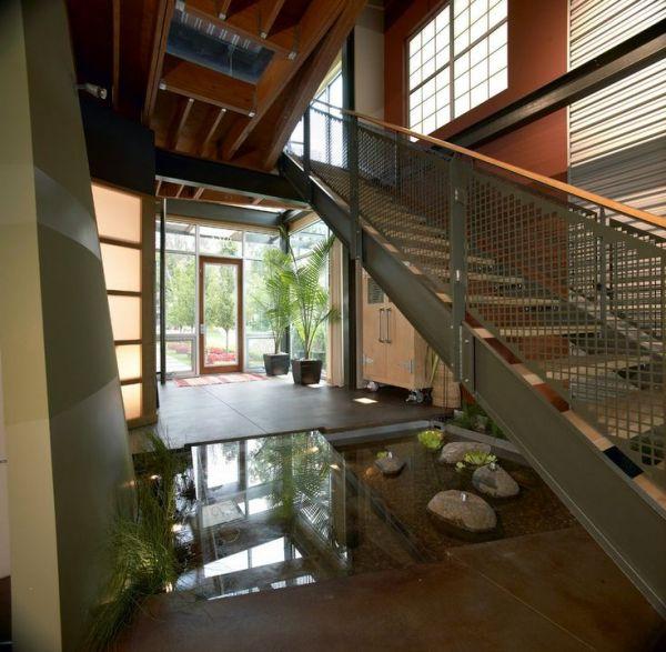 водоем под лестницей