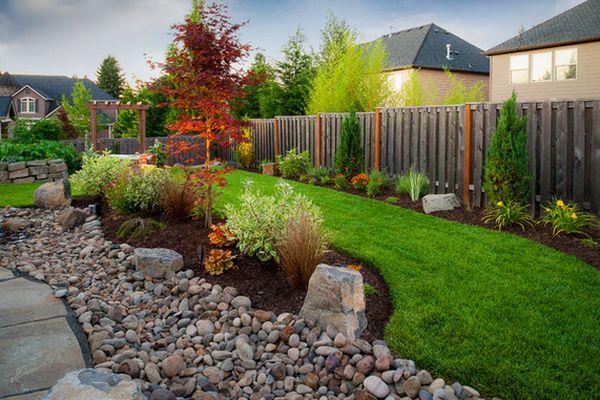 каменные породы и речной камень в саду