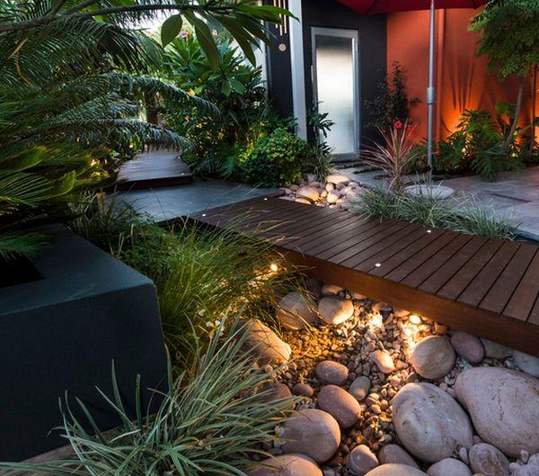 комбинация дерева и камня в современном дворе