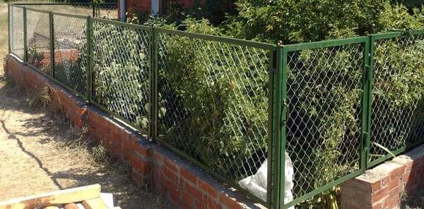 как построить забор из сетки рабицы своими руками