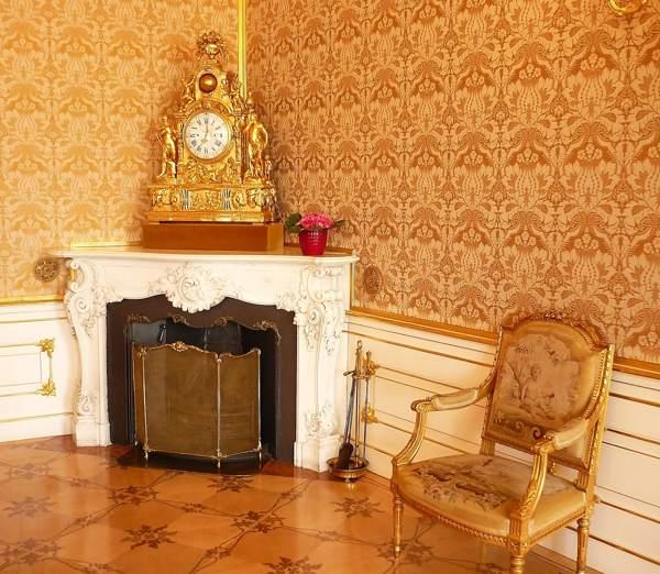 настольные часы в интерьере гостиной