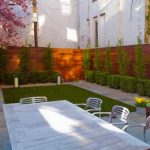 Добавьте частную жизнь и красоту в ваш современный дом с деревянным забором