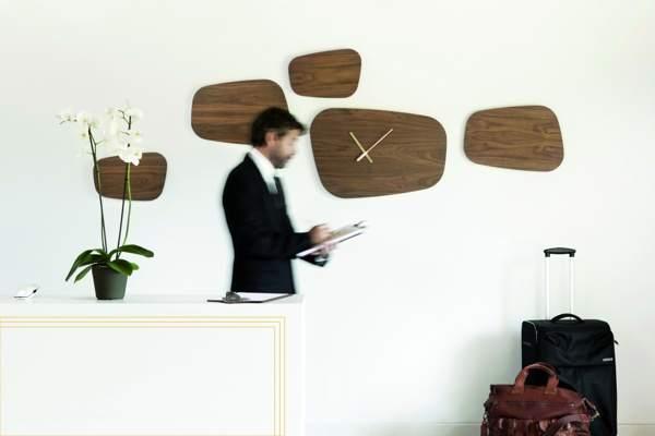 часы в интерьере кабинета или офиса