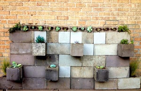 Стена с вазонами из шлакоблока