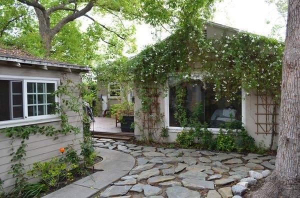 Эти цветущие ветви делают дом очень привлекательным.