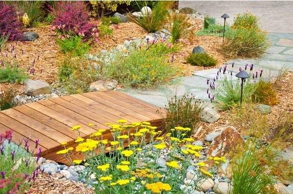 деревянный мост в саду
