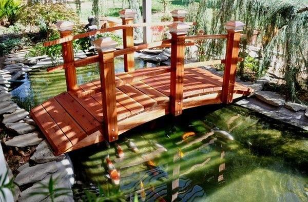 Чаще всего  садовые  мосты используются, когда есть пруд .