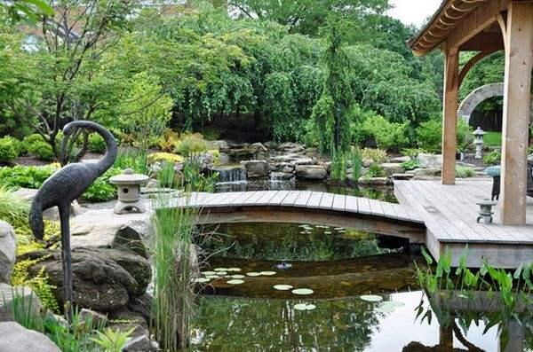 деревянный мост через пруд в саду