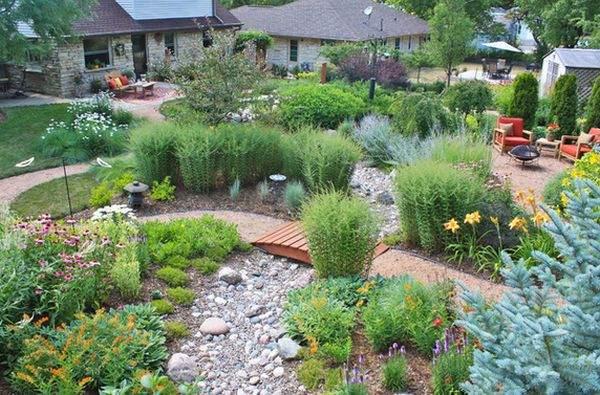 Некоторые садовые мостики не имеют поручней и часто следуют тропе