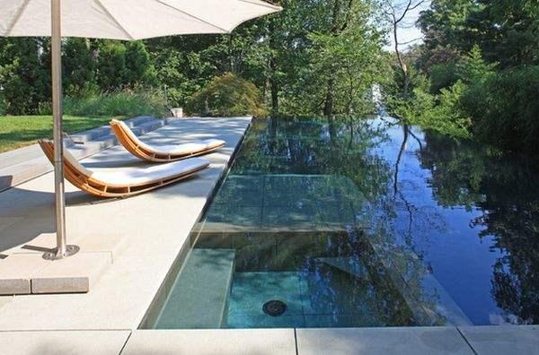 Простой и стильный дизайн этих шезлонгов отлично сочетается с панорамой бассейна.