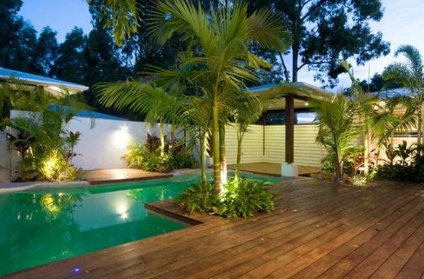 Тропический бассейн декорирован пальмами.