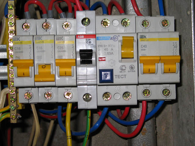выключатели с вмонтированной автоматикой и УЗО