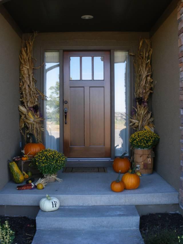 Деревянная дверь для загородного дома