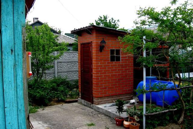 Кирпичный туалет для дачи