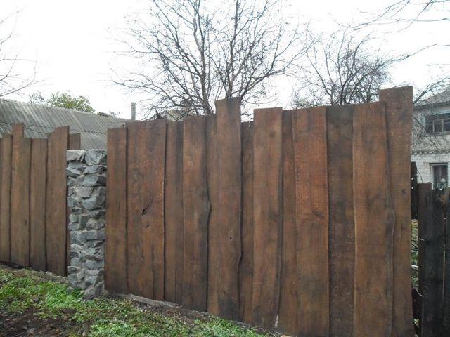 Забор из горбыля вертикальный
