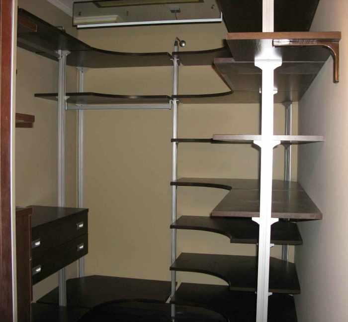 Гардеробная комната в виде стелажа