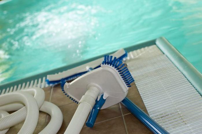 Чем чистить бассейн