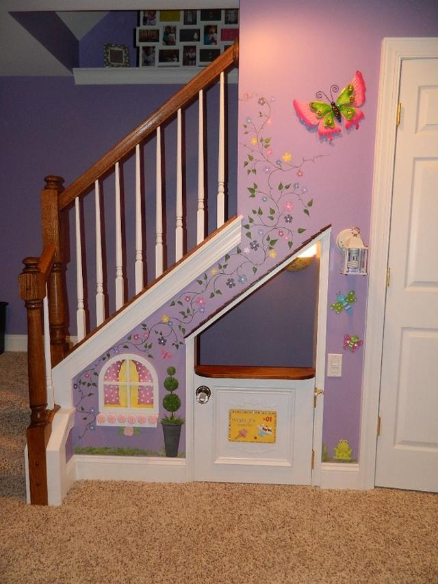 Обустройство зоны под лестницей для детей