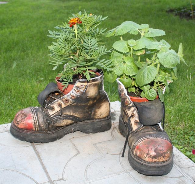 Горшок для цветов из старых ботинок