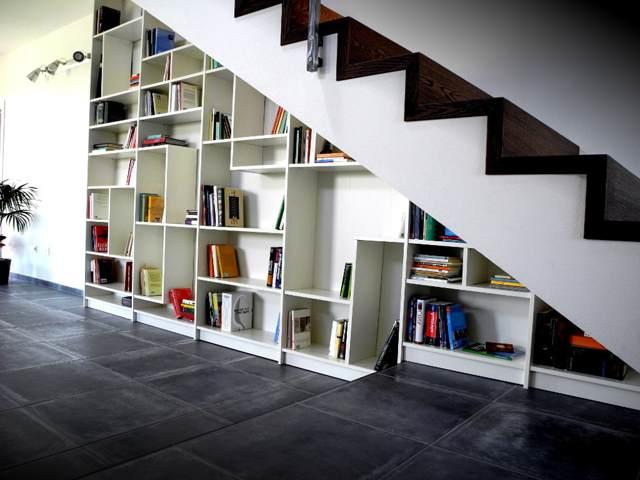 Обустройство полок под лестницей