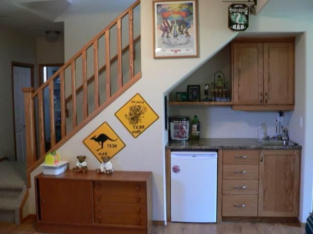 Обустройство маленькой кухни под лестницей