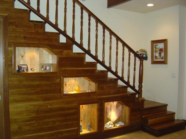 Оформление места под лестницей