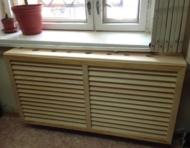 derevyannaya reshetka na radiator otopleniya