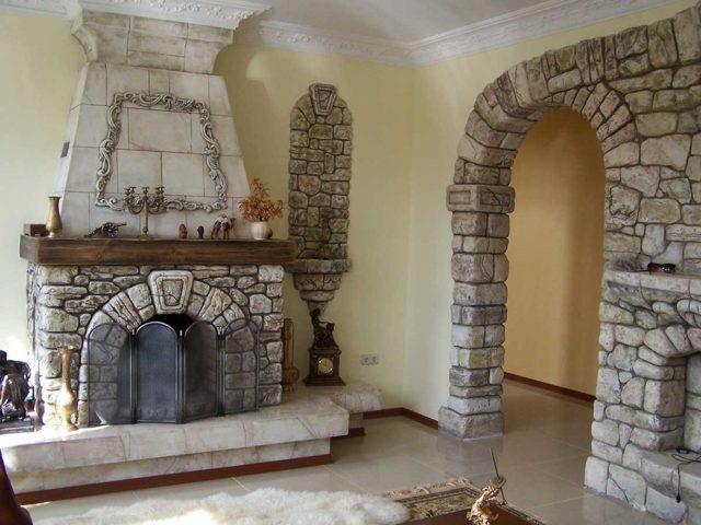 dizayn steny iz naturalnogo kamnya