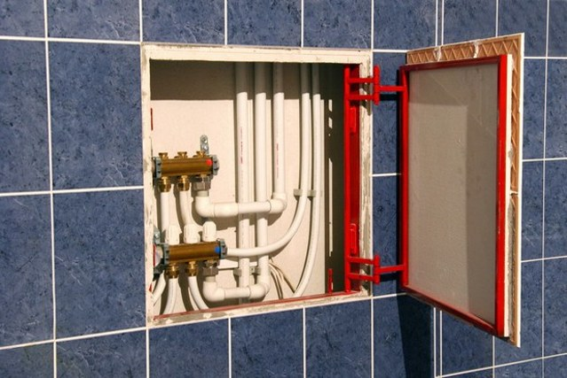 kak zakryt truby v tualete