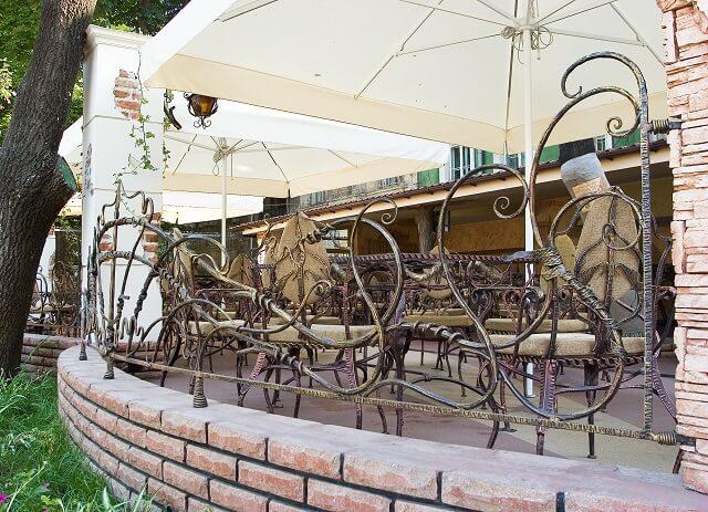 кованный забор в кафе