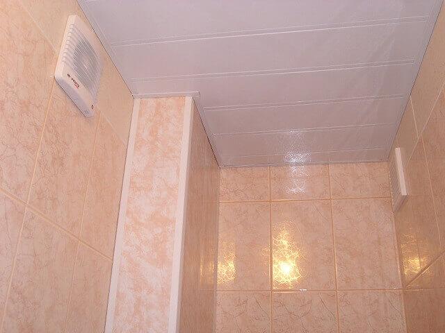 короб из пластиковых панелей в туалете