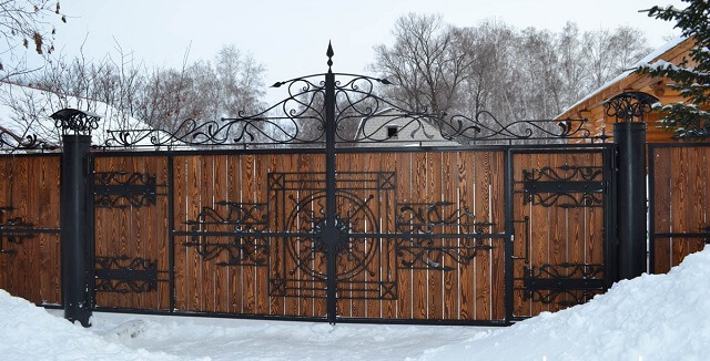 деревянные кованные заборы и ворота
