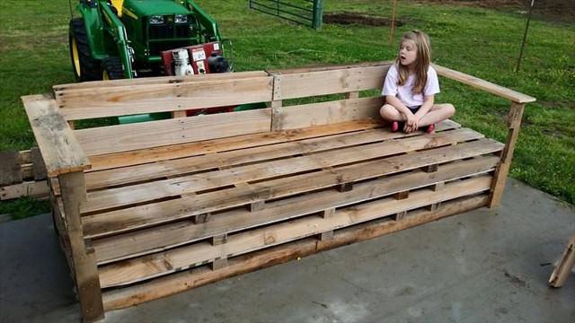 Скамейка-диван из подднов